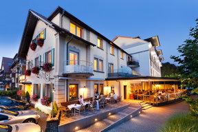 Sommerabend mit Stammhaus und Restaurant-Terrasse