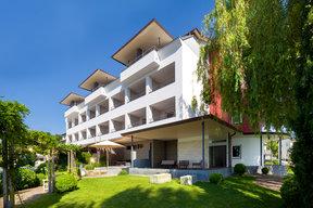 Neue Fassade mit Hotel-Terrasse
